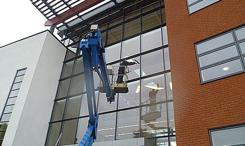 Ramen wassen met hoogtewerker